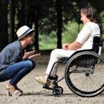 Wanneer kies je voor een rollator of rolstoel?